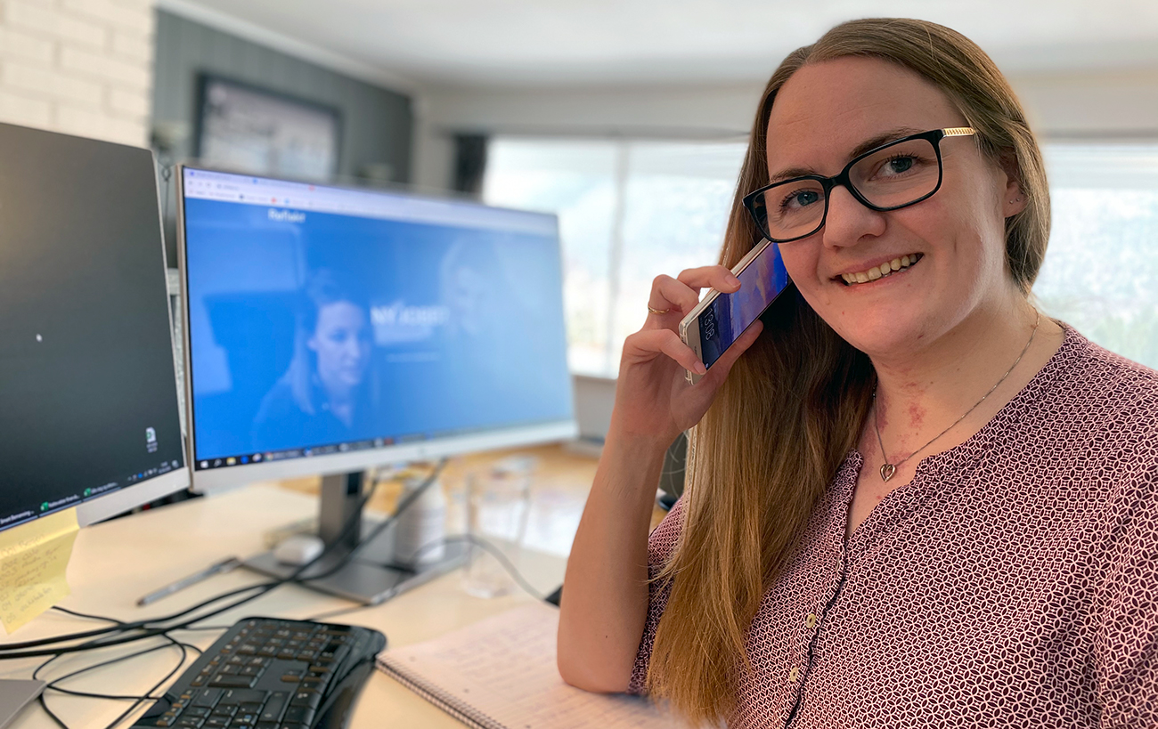 Lene Terese Berg i telefonen på hjemmekontor